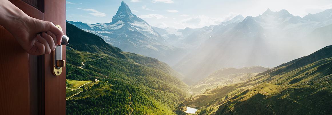 Bild mit geöffneter Tür und Weitblick in die Berge